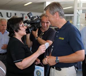 Frau Eder mit Sohn Benjamin bei der übergabe des neuen Dacia im Autohaus Sonnleitner in Gmunden